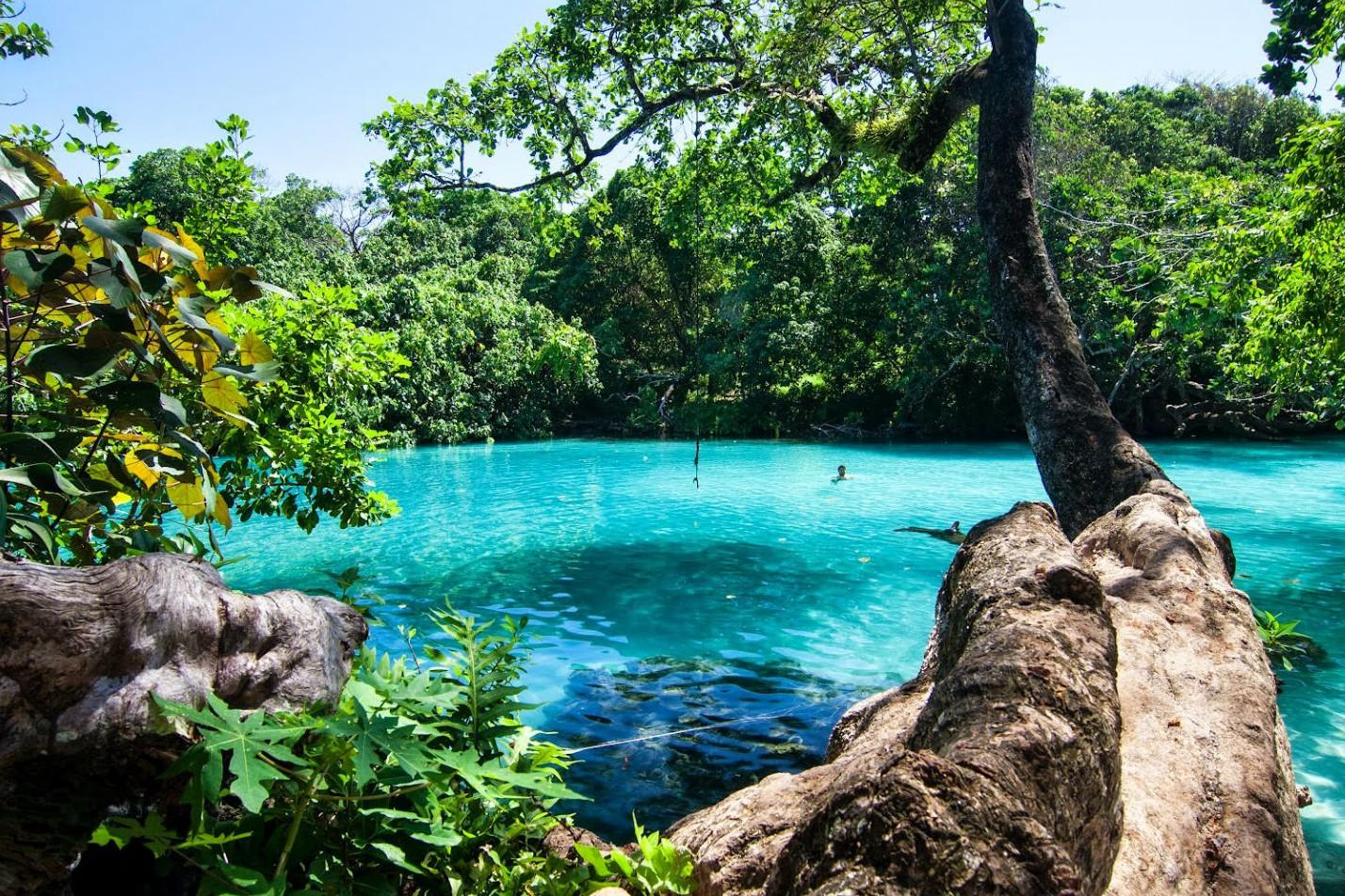 De 5 mooiste natuurlijke zwembaden ter wereld - Blue hole in Espiritu Santo